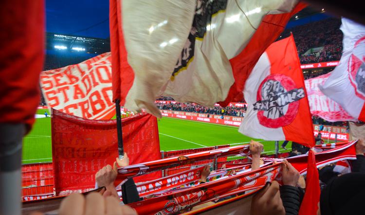 Schals und Fahnen in der Kölner Südkurve beim letzten Heimspiel mit organisiertem Support.